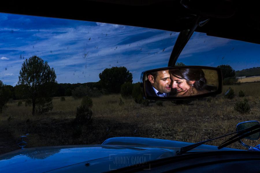 Boda en Íscar, Valladolid, de Marta y Oliver realizada por Johnny Garcia, fotógrafo de bodas en Valladolid, los novios reflejados en el espejo retrovisor
