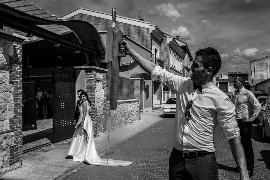 Boda en Íscar, Valladolid, de Marta y Oliver realizada por Johnny Garcia, fotógrafo de bodas en Valladolid, los novios llegan y los amigos tiran cohetes