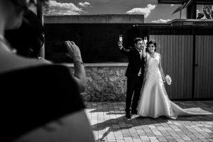 Boda en Íscar, Valladolid, de Marta y Oliver realizada por Johnny Garcia, fotógrafo de bodas en Valladolid, la pareja brinda a la entrada del restaurante