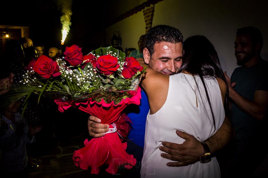Boda en Íscar, Valladolid, de Marta y Oliver realizada por Johnny Garcia, fotógrafo de bodas en Valladolid, Oliver le regala un ramo de flores a Marta