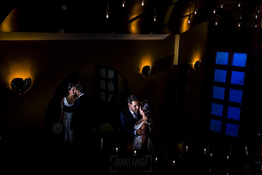Boda en Íscar, Valladolid, de Marta y Oliver realizada por Johnny Garcia, fotógrafo de bodas en Valladolid, un retrato de los novios antes de entrar al salón