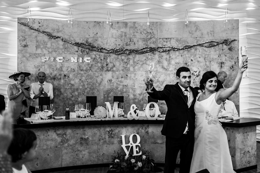 Boda en Íscar, Valladolid, de Marta y Oliver realizada por Johnny Garcia, fotógrafo de bodas en Valladolid, los novios brindan al entrar en el salón con todos sus invitados