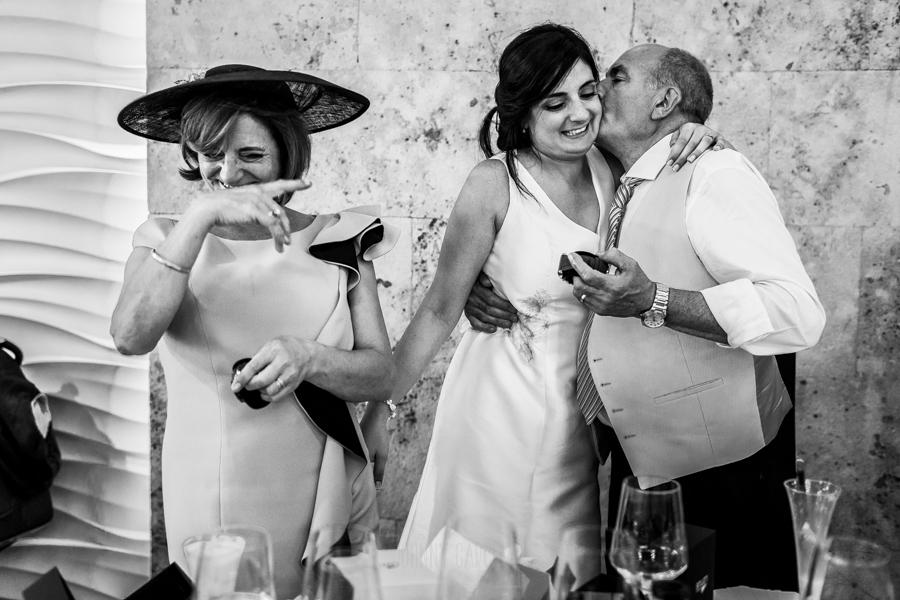 Boda en Íscar, Valladolid, de Marta y Oliver realizada por Johnny Garcia, fotógrafo de bodas en Valladolid, el padre de Marta besa a su hija