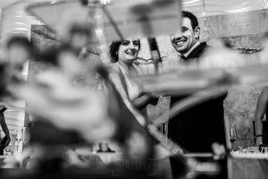 Boda en Íscar, Valladolid, de Marta y Oliver realizada por Johnny Garcia, fotógrafo de bodas en Valladolid, Marta y Oliver cortan la tarta nupcial