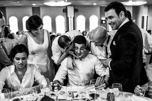 Boda en Íscar, Valladolid, de Marta y Oliver realizada por Johnny Garcia, fotógrafo de bodas en Valladolid, los novios y amigos animan a otro invitado