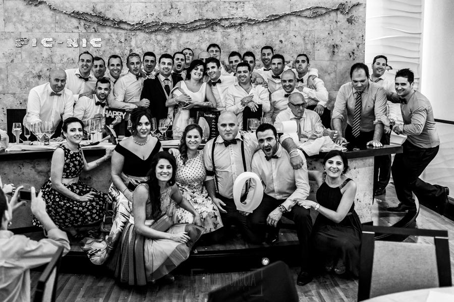 Boda en Íscar, Valladolid, de Marta y Oliver realizada por Johnny Garcia, fotógrafo de bodas en Valladolid, foto de grupo con todos los amigos