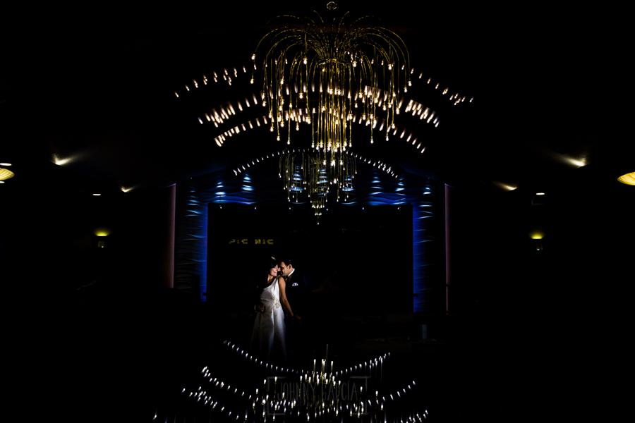 Boda en Íscar, Valladolid, de Marta y Oliver realizada por Johnny Garcia, fotógrafo de bodas en Valladolid, retrato de la pareja en el saón antes de bajar al baile