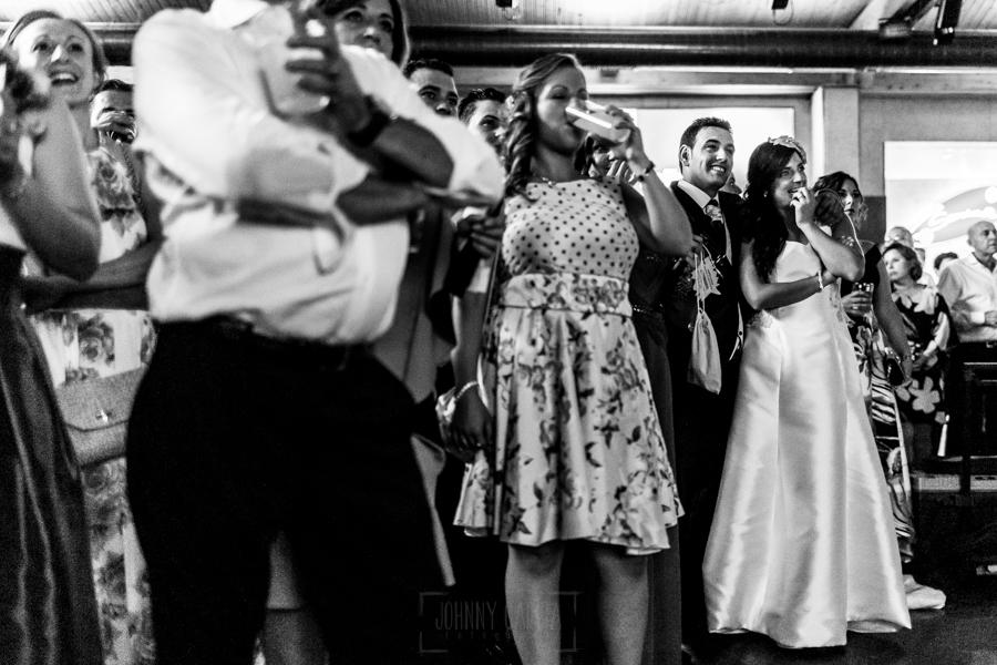 Boda en Íscar, Valladolid, de Marta y Oliver realizada por Johnny Garcia, fotógrafo de bodas en Valladolid, los novios e invitados ven un video de agradecimiento preparado por los mismos novios