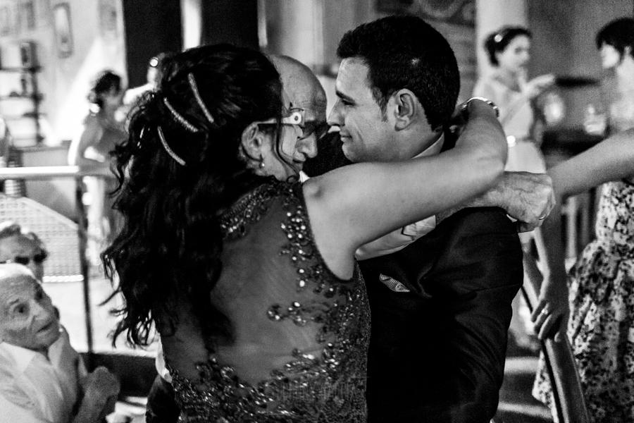 Boda en Íscar, Valladolid, de Marta y Oliver realizada por Johnny Garcia, fotógrafo de bodas en Valladolid, Oliver abraza a su padre y hermana