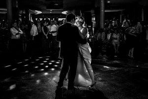 Boda en Íscar, Valladolid, de Marta y Oliver realizada por Johnny Garcia, fotógrafo de bodas en Valladolid, foto del primer baile nupcial de los novios