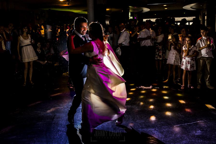 Boda en Íscar, Valladolid, de Marta y Oliver realizada por Johnny Garcia, fotógrafo de bodas en Valladolid, los novios bailan en la pista de baile