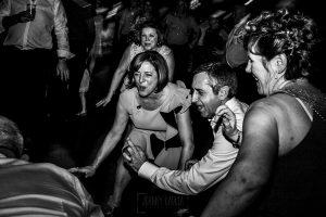Boda en Íscar, Valladolid, de Marta y Oliver realizada por Johnny Garcia, fotógrafo de bodas en Valladolid, los invitados bailan durante la fiesta