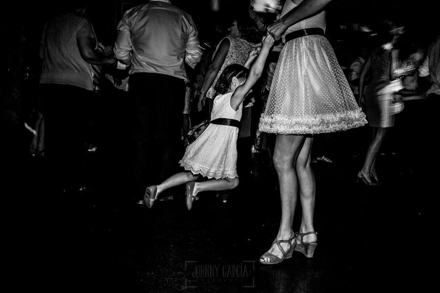 Boda en Íscar, Valladolid, de Marta y Oliver realizada por Johnny Garcia, fotógrafo de bodas en Valladolid, una sobrina baila