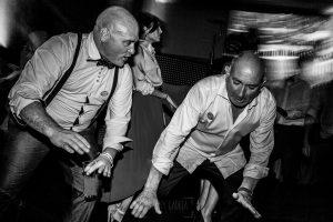 Boda en Íscar, Valladolid, de Marta y Oliver realizada por Johnny Garcia, fotógrafo de bodas en Valladolid, el padre de Marta bailando
