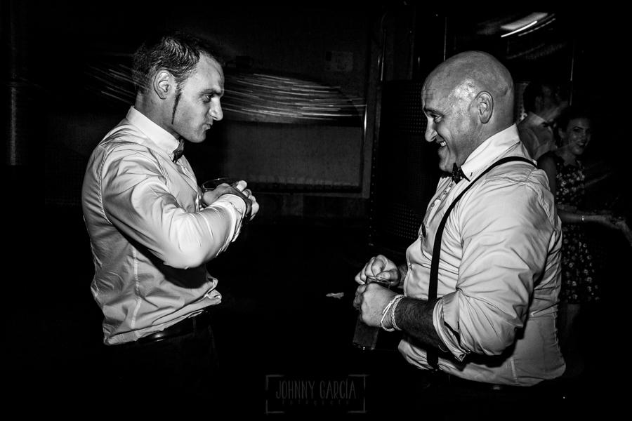 Boda en Íscar, Valladolid, de Marta y Oliver realizada por Johnny Garcia, fotógrafo de bodas en Valladolid, dos amigos se retan a bailar