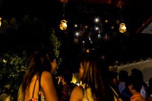 Boda en Íscar, Valladolid, de Marta y Oliver realizada por Johnny Garcia, fotógrafo de bodas en Valladolid, los invitados presencian los fuegos artificilaes