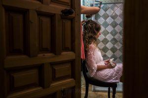 Boda en el Monasterio de Guadalupe de Ana Belén y Javier realizada por el fotógrafo de bodas en Extremadura Johnny García, Ana Belén en la sesión de peluquería