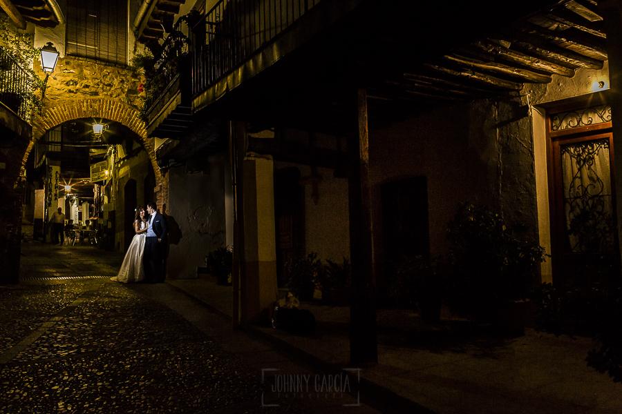 Boda en el Monasterio de Guadalupe de Ana Belén y Javier realizada por el fotógrafo de bodas en Extremadura Johnny García, los novios por las calles de Guadalupe
