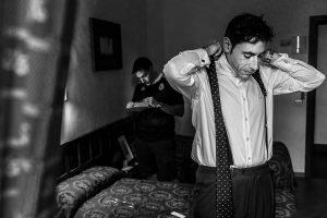 Boda en el Monasterio de Guadalupe de Ana Belén y Javier realizada por el fotógrafo de bodas en Extremadura Johnny García, Javier colocandose su corbata