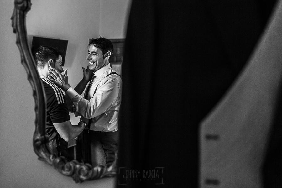 Boda en el Monasterio de Guadalupe de Ana Belén y Javier realizada por el fotógrafo de bodas en Extremadura Johnny García, Javier y su hermano se saludan