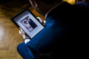 Boda en el Monasterio de Guadalupe de Ana Belén y Javier realizada por el fotógrafo de bodas en Extremadura Johnny García, Javier con un retrato de sus padres