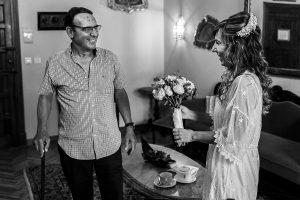 Boda en el Monasterio de Guadalupe de Ana Belén y Javier realizada por el fotógrafo de bodas en Extremadura Johnny García, el padre de Ana Belén le da el ramo de novia