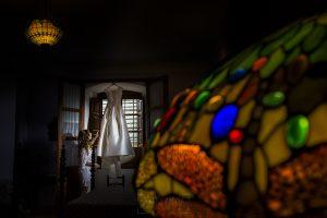 Boda en el Monasterio de Guadalupe de Ana Belén y Javier realizada por el fotógrafo de bodas en Extremadura Johnny García, Ana Belén con su vestido