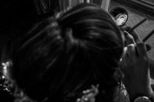 Boda en el Monasterio de Guadalupe de Ana Belén y Javier realizada por el fotógrafo de bodas en Extremadura Johnny García, Ana Belén reflejada en un pequeño espejo