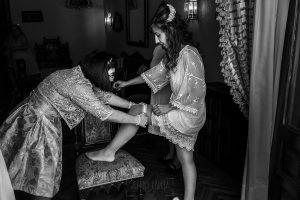 Boda en el Monasterio de Guadalupe de Ana Belén y Javier realizada por el fotógrafo de bodas en Extremadura Johnny García, la hermana de la novia le pone la liga
