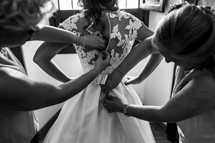 Boda en el Monasterio de Guadalupe de Ana Belén y Javier realizada por el fotógrafo de bodas en Extremadura Johnny García, familiares de la novia ayudan con el vestido