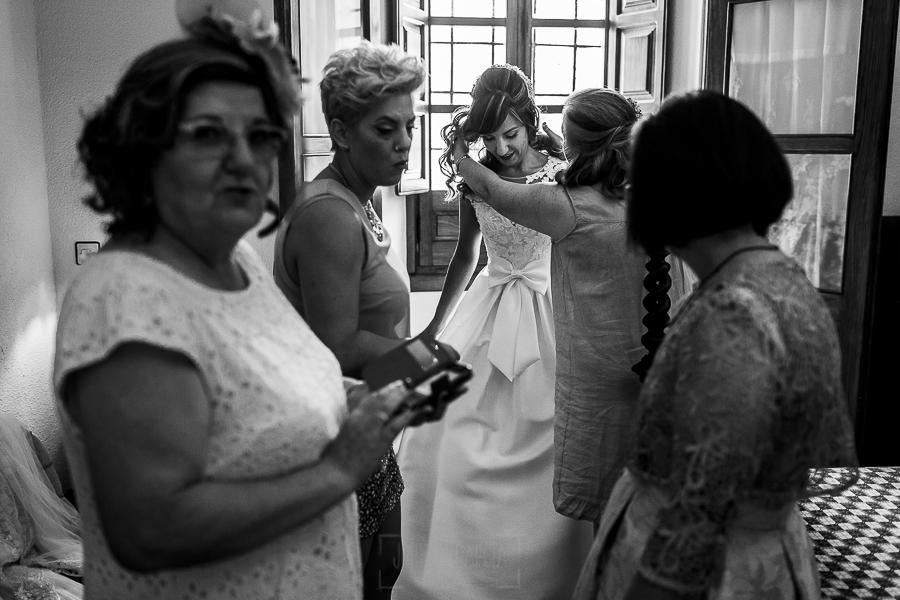 Boda en el Monasterio de Guadalupe de Ana Belén y Javier realizada por el fotógrafo de bodas en Extremadura Johnny García, Ana Balén ya vestida