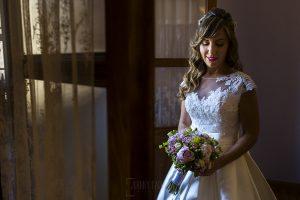 Boda en el Monasterio de Guadalupe de Ana Belén y Javier realizada por el fotógrafo de bodas en Extremadura Johnny García, un retrato de la novia en la habitación