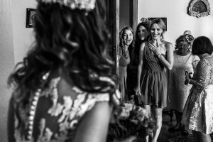 Boda en el Monasterio de Guadalupe de Ana Belén y Javier realizada por el fotógrafo de bodas en Extremadura Johnny García, las amigas de la novia se emocionan al verla por primera vez