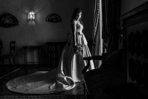 Boda en el Monasterio de Guadalupe de Ana Belén y Javier realizada por el fotógrafo de bodas en Extremadura Johnny García, Ana Belén junto a la ventana