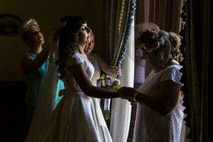 Boda en el Monasterio de Guadalupe de Ana Belén y Javier realizada por el fotógrafo de bodas en Extremadura Johnny García, últimos retoques a la novia