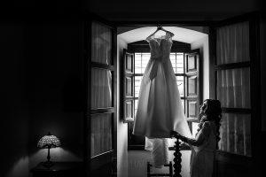 Boda en el Monasterio de Guadalupe de Ana Belén y Javier realizada por el fotógrafo de bodas en Extremadura Johnny García, Ana Belén con su vestido en la habitación de la hospedería