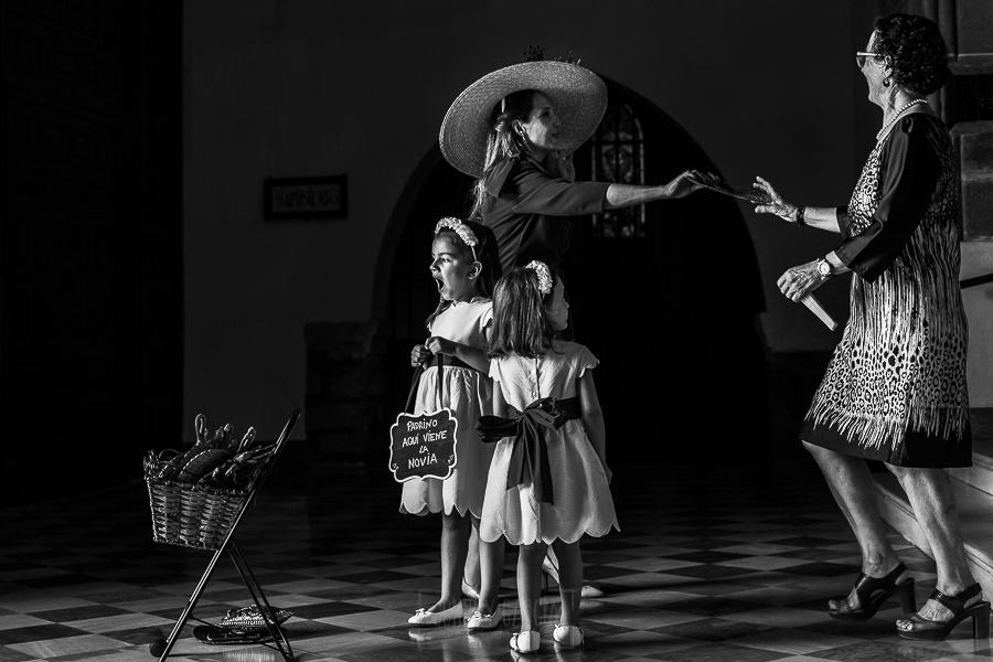 Boda en el Monasterio de Guadalupe de Ana Belén y Javier realizada por el fotógrafo de bodas en Extremadura Johnny García, las sobrinas de los novios espran a los novios