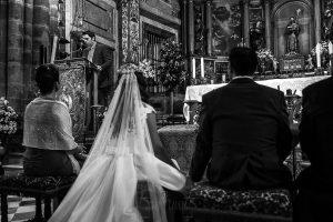 Boda en el Monasterio de Guadalupe de Ana Belén y Javier realizada por el fotógrafo de bodas en Extremadura Johnny García, un amigo de la pareja hace una lectura en la ceremonia
