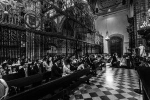 Boda en el Monasterio de Guadalupe de Ana Belén y Javier realizada por el fotógrafo de bodas en Extremadura Johnny García, vusta general de la ceremonia desde el altar