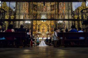 Boda en el Monasterio de Guadalupe de Ana Belén y Javier realizada por el fotógrafo de bodas en Extremadura Johnny García, vista desde atrás de la ceremonia en el monasterio de Guadalupe