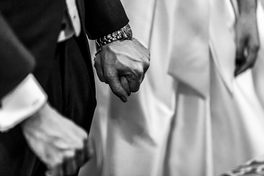 Boda en el Monasterio de Guadalupe de Ana Belén y Javier realizada por el fotógrafo de bodas en Extremadura Johnny García, detalle de las manos cogidas de los novios