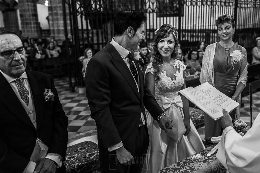 Boda en el Monasterio de Guadalupe de Ana Belén y Javier realizada por el fotógrafo de bodas en Extremadura Johnny García, la pareja en el momento anterior al intercambio de anillos