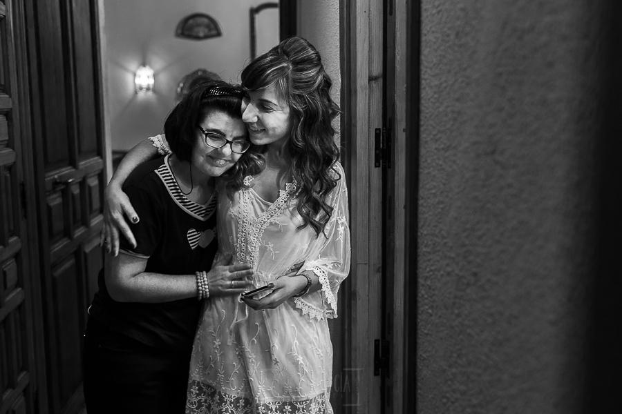 Boda en el Monasterio de Guadalupe de Ana Belén y Javier realizada por el fotógrafo de bodas en Extremadura Johnny García, Ana Belén con su hermana
