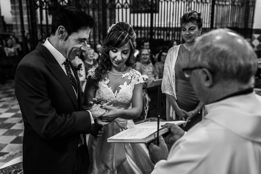 Boda en el Monasterio de Guadalupe de Ana Belén y Javier realizada por el fotógrafo de bodas en Extremadura Johnny García, los novios intercambian los anillos