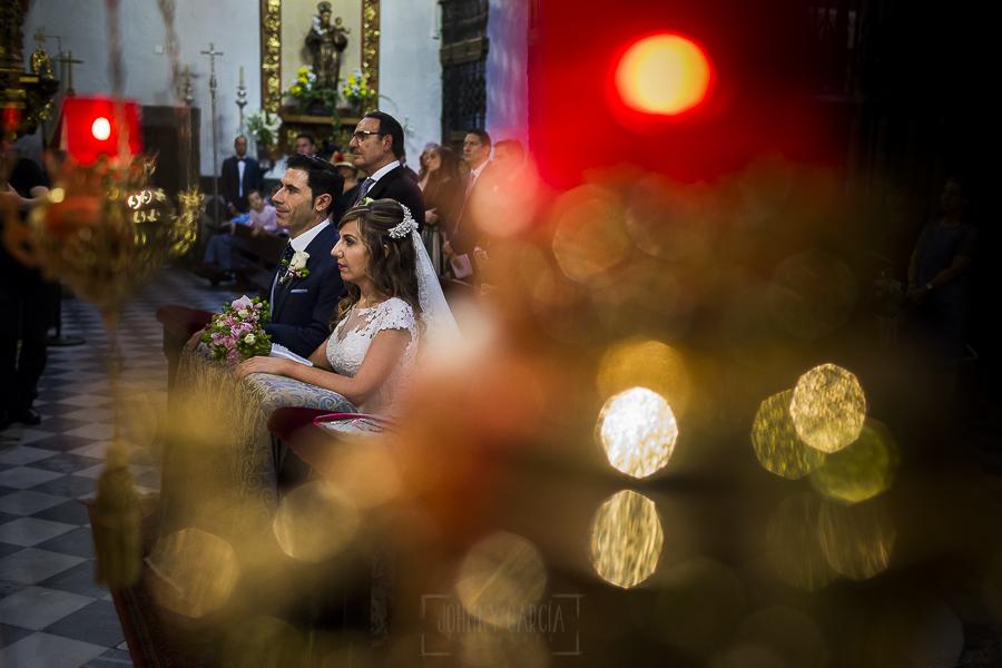 Boda en el Monasterio de Guadalupe de Ana Belén y Javier realizada por el fotógrafo de bodas en Extremadura Johnny García, los novios de rodillas en un momento de la ceremonia