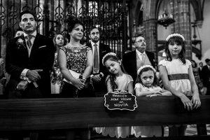 Boda en el Monasterio de Guadalupe de Ana Belén y Javier realizada por el fotógrafo de bodas en Extremadura Johnny García, los sobrinos de los novios aburridos en la ceremonia