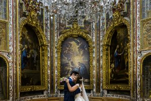 Boda en el Monasterio de Guadalupe de Ana Belén y Javier realizada por el fotógrafo de bodas en Extremadura Johnny García, la pareja se abraza al terminar la ceremonia