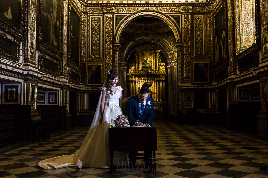 Boda en el Monasterio de Guadalupe de Ana Belén y Javier realizada por el fotógrafo de bodas en Extremadura Johnny García, firma de los novios en la sacristía