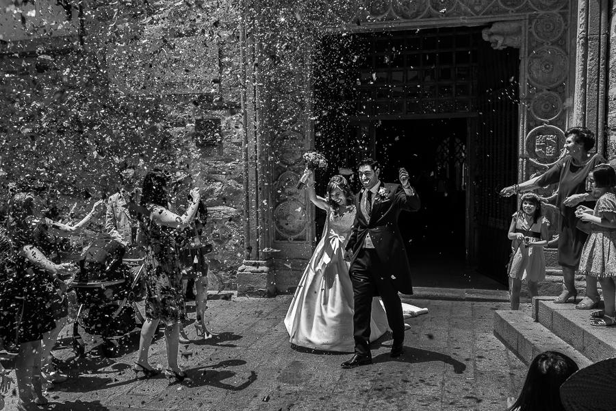 Boda en el Monasterio de Guadalupe de Ana Belén y Javier realizada por el fotógrafo de bodas en Extremadura Johnny García, salida de los novios del monasterio