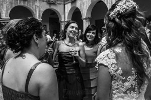 Boda en el Monasterio de Guadalupe de Ana Belén y Javier realizada por el fotógrafo de bodas en Extremadura Johnny García, la novia junto a sus amigas